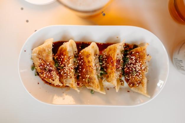 Gekookte japanse gedza-dumplings met sojasaus