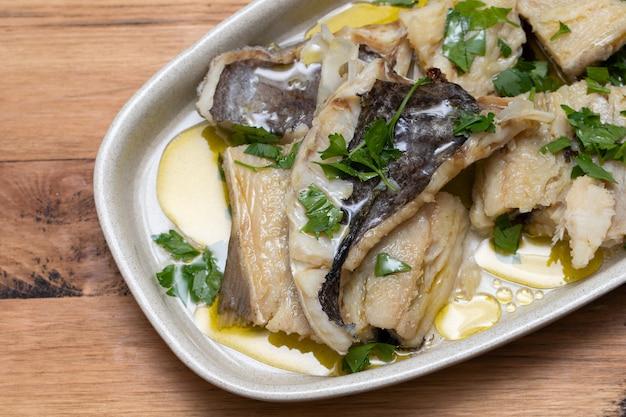 Gekookte kabeljauw met kruiden en olijfolie
