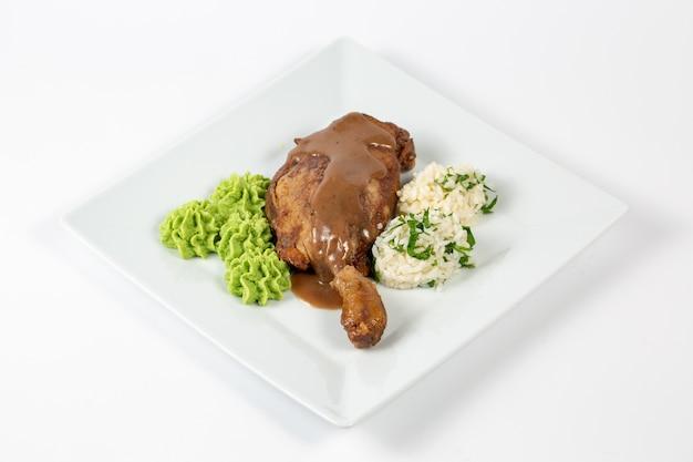 Gekookte kip met saus, rijstballetjes en een groene saus