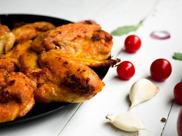 Gekookte kippenvleugels met kruiden