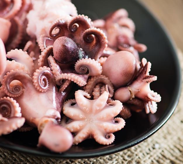 Gekookte kleine octopus op een plaat