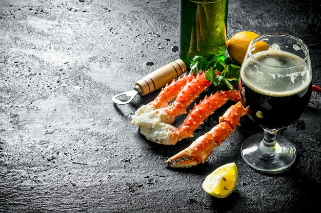 Gekookte krab met bier. op zwarte rustieke ondergrond