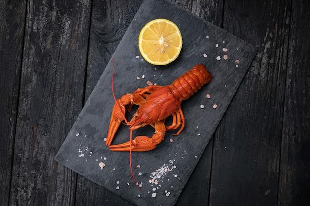 Gekookte krab met citroen en zout op een leiplaat