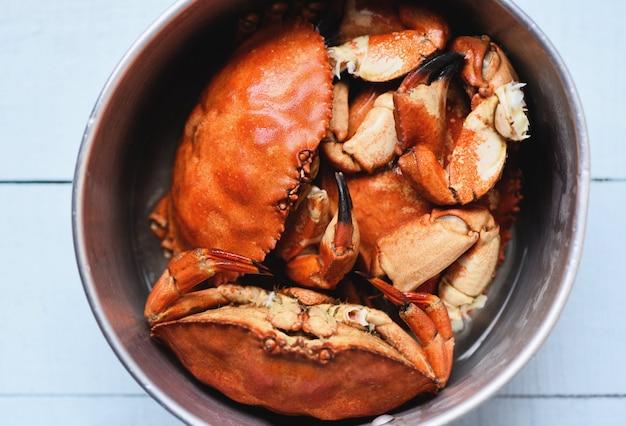 Gekookte krab op stoombootpot