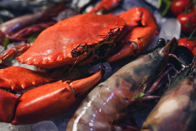 Gekookte krabben op zwarte plaat geserveerd met witte wijn, zwarte leisteen achtergrond, bovenaanzicht.