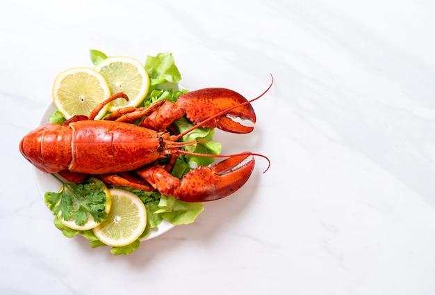 Gekookte kreeft met groente en citroen