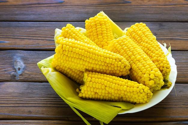 Gekookte maïskolven op een bord