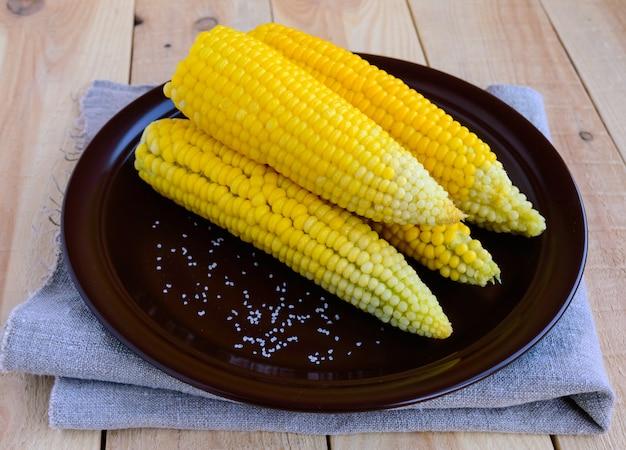 Gekookte maïskolven van suikermaïs op een kleiplaat