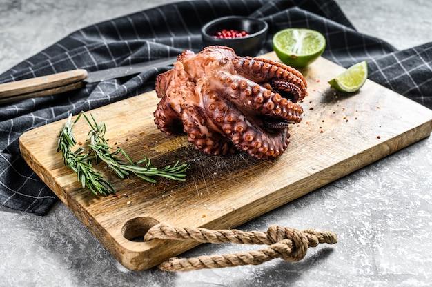 Gekookte octopus op een snijplank. grijs oppervlak. bovenaanzicht