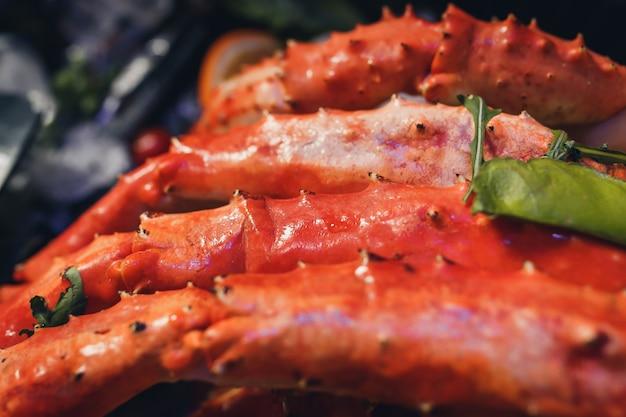 Gekookte organische alaskan king crab benen met boter