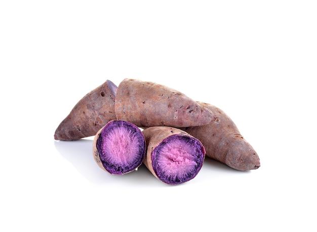Gekookte paarse zoete yam op wit