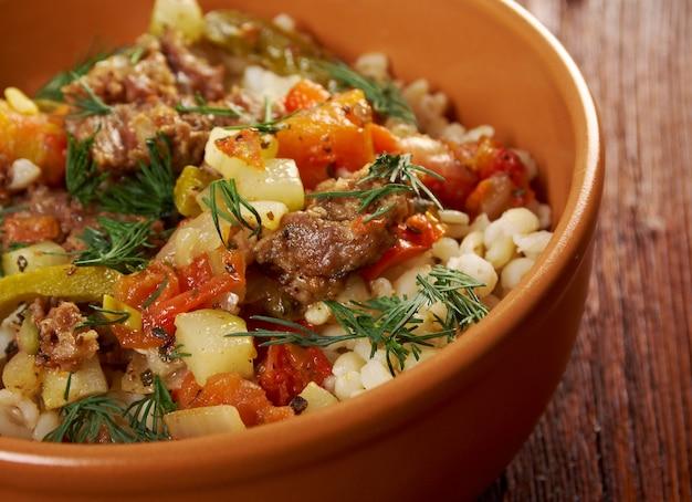 Gekookte parelgort met vlees en plantaardige boerderijstijl