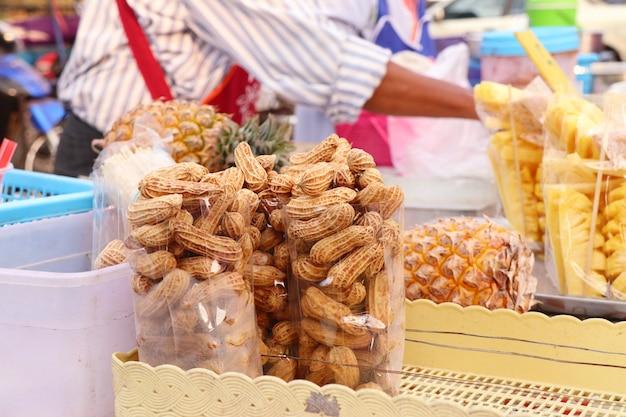Gekookte pinda's bij straatvoedsel