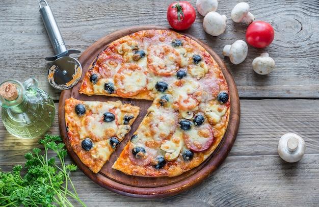 Gekookte pizza op de houten plank