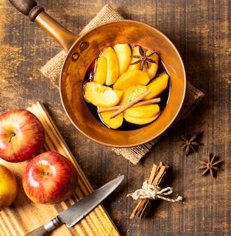 Gekookte plakjes appeltaart plat leggen