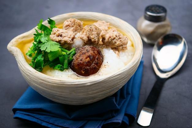 Gekookte rijst met gehakt varkensvlees, shiitake-champignons