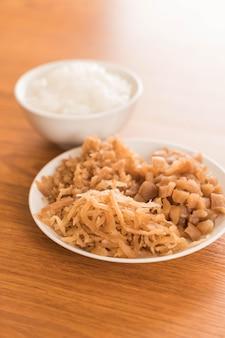Gekookte rijst met ingelegde radijs
