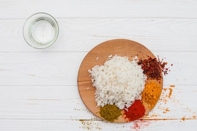 Gekookte rijst met kruiden op houten bord
