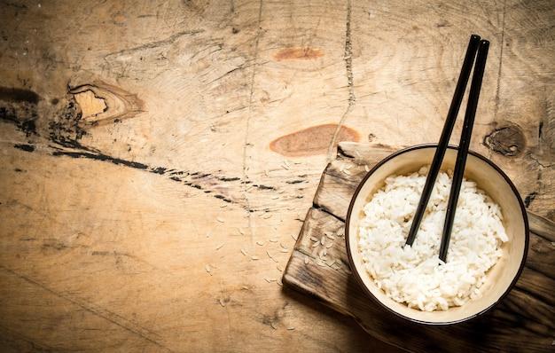 Gekookte rijst met stokjes.