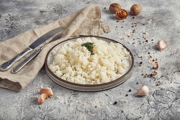 Gekookte rijst op een plaat, lichte achtergrond