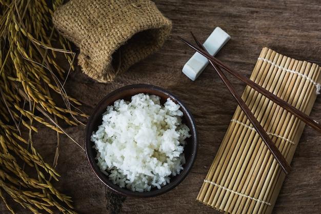Gekookte rijst op houten tafel, bovenaanzicht