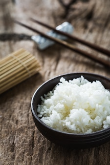 Gekookte rijst op houten tafel