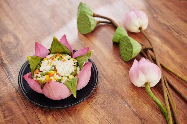 Gekookte rijst versierd met lotusbladeren