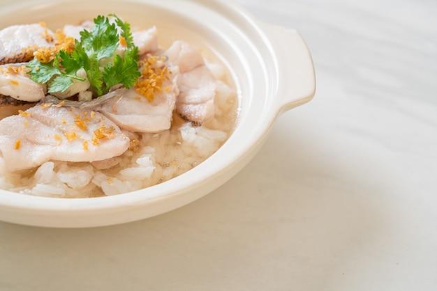 Gekookte rijstsoep met vis
