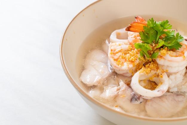 Gekookte rijstsoep met zeevruchten