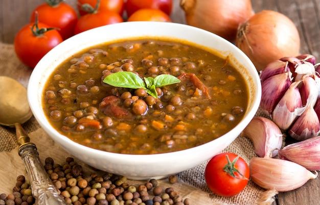 Gekookte rovejahutspot met droge roveja en groenten op een lijst dicht omhoog