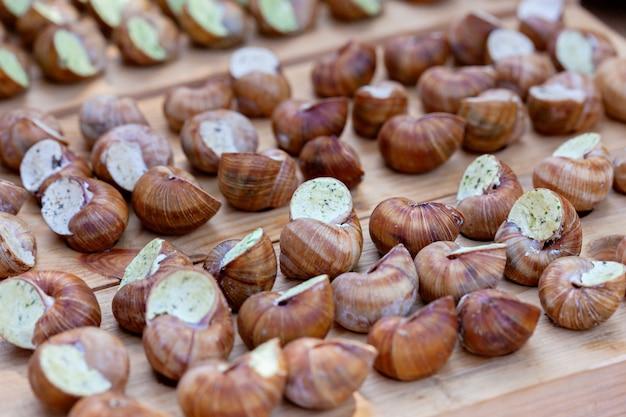 Gekookte slakkendelicatesse. gevulde slakken uit de franse keuken. straatvoedsel festival
