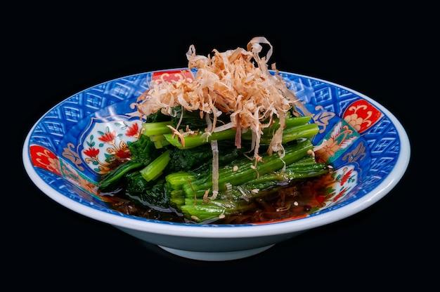 Gekookte spinazie in japanse stijl in shoyusaus.
