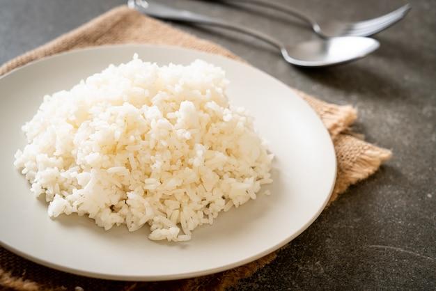 Gekookte thaise jasmijn witte rijst op bord