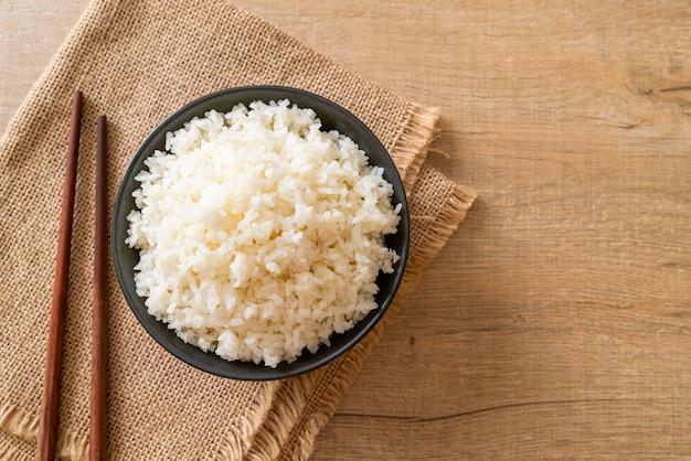 Gekookte thaise jasmijn witte rijstkom