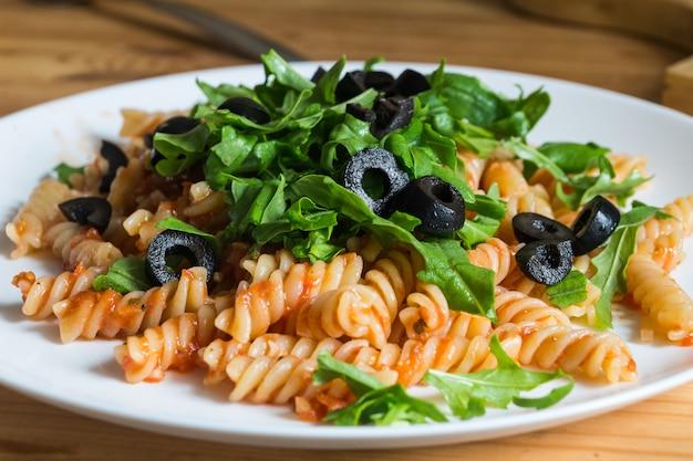 Gekookte vegan pasta op een plaat