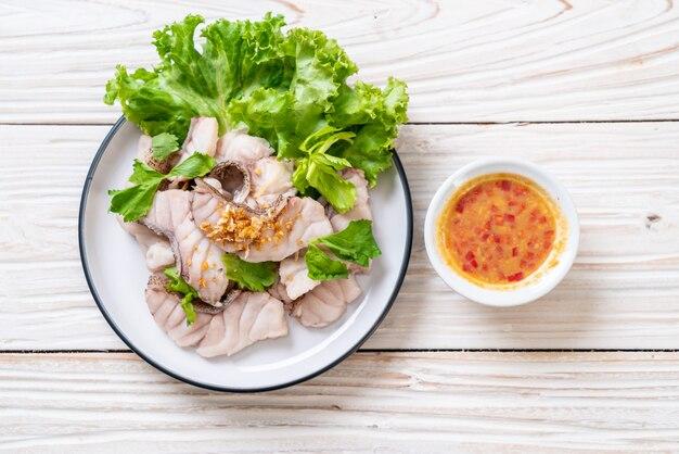 Gekookte vis dip met saus