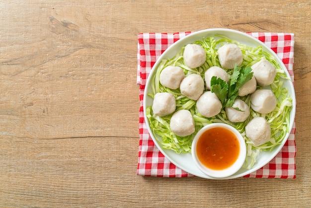 Gekookte visballetjes met pittige dipsaus