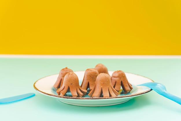 Gekookte worstjes voor baby op tafel