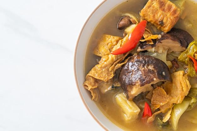 Gekookte zuurkool en bittere pompoensoep - aziatische en veganistische en vegetarische eetstijl