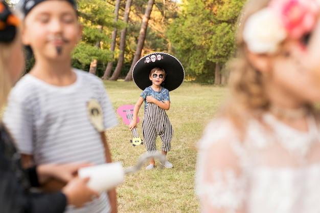 Gekostumeerde kinderen voor halloween