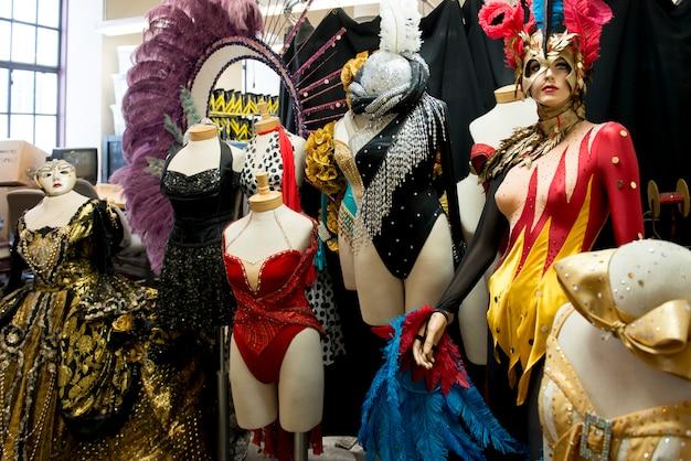 Gekostumeerde mannequins in de radio city music hall, rockefeller center, midtown manhattan, new york ci
