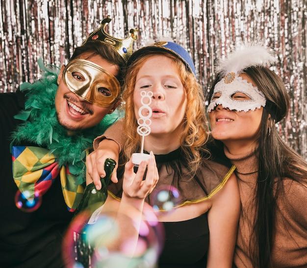 Gekostumeerde vrienden plezier op carnaval feest