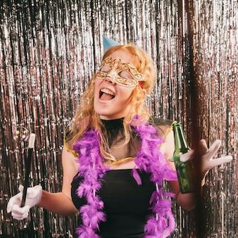 Gekostumeerde vrouw plezier op carnaval feest