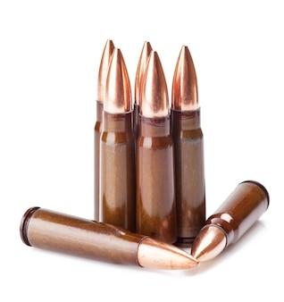 Gekraste munitie voor ak-47 op een witte achtergrond