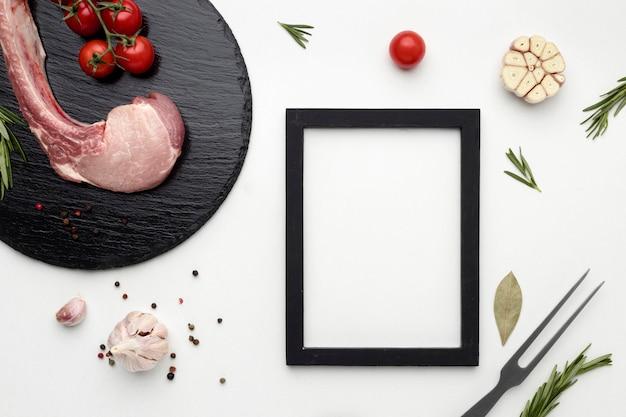 Gekruid vlees op een houten bord