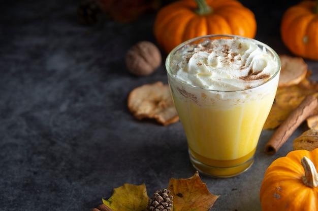 Gekruide herfstpompoen latte drankje met kaneel en roomschuim