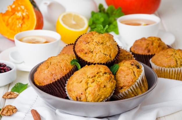 Gekruide pompoenmuffins met walnoten en veenbessen