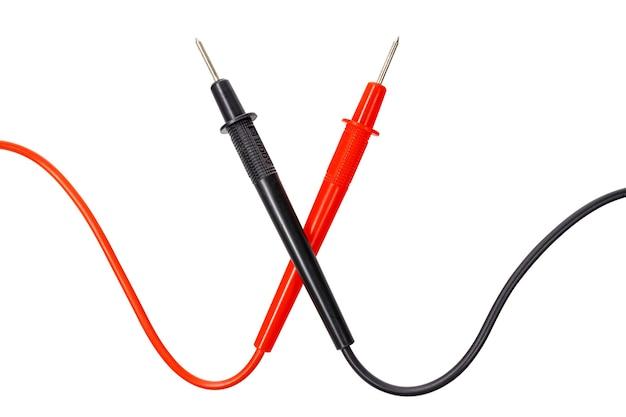 Gekruiste rode en zwarte multimeter sondes geïsoleerd op een witte achtergrond