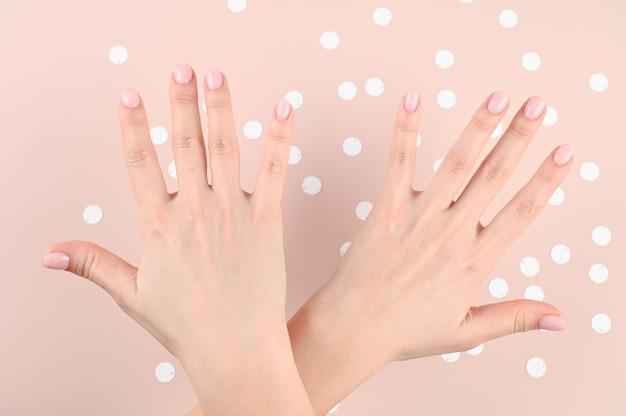 Gekruiste vrouwelijke handen met uit elkaar gespreide vingers