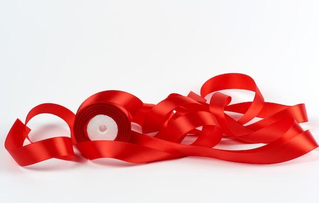 Gekruld rood satijnen lint op wit, feestelijk